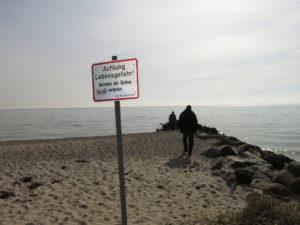 """Ein Schild mit der Warnung """"Lebensgefahr"""" steht an einem Standabschnitt in Bliesdorf an der Ostsee"""