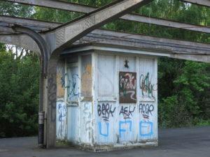 Ein verlassener Kiosk mit geschlossenen Fensterläden auf dem stillgelegten Bahngleis in Travemünde am Hafenbahnhof