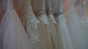 Brautkleider auf dem Kleiderstaender