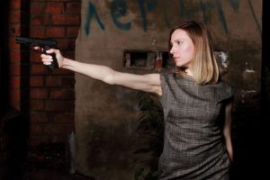 Frau mit Pistole