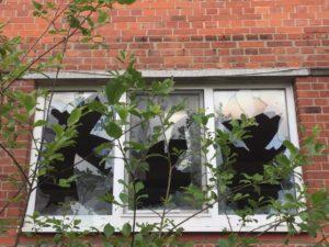 Kaputte Fensterscheiben. Keine Ruhe da rechts