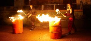 Zwei Feuerschlucker im Dunkeln
