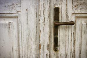 Alte Tür mit abblätternder Farbe
