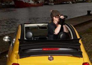Karla Letterman im Cabrio mit aufgeklapptem Verdeck