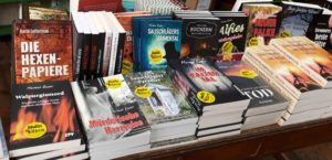 Buchstapel mit Harzkrimis und den Hexenpapieren von Karla Letterman