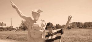 Karla Letterman mit Statue