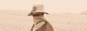 Karla Letterman mit Schal vorm Gesicht