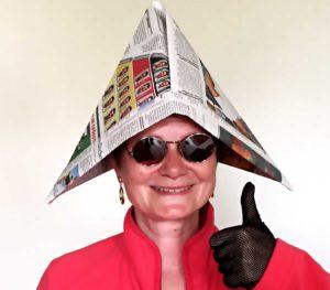 Karla Letterman trägt ein Hutschiffchen aus Zeitungspapier