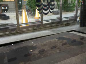 Bewegliche Bodenplatte im Parkhaus