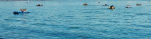 Tretboote aus Plastik auf dem Wasser