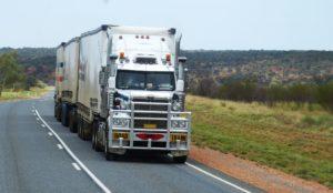 Ein LKW fährt auf einer Landstraße