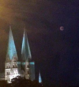 Der Blutmond in Lübeck über der Marienkirche