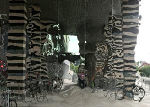 Verzerrte Hausfassade in der Spiegelung