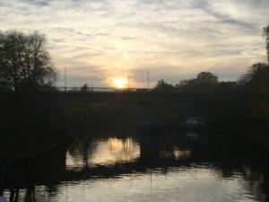 Brücke übers Wasser kurz vor dem Sonnenuntergang