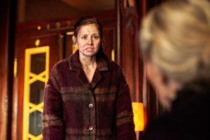 """Als Nicola Wagner (Josefine Preuß) mit neuen Beweisen für ihre Unschuld aus der Silbermine zurückkehrt, wird sie wieder von Zita Urban (Marie Anne Fliegel) attackiert. Quellenangabe: """"obs/ZDF/Reiner Bajo"""""""