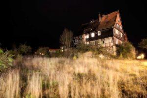 Ein unheimliches Haus bei Nacht