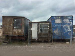 Verlassene Wohnwagen auf einer Baustelle