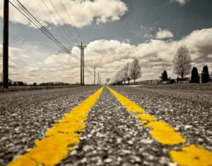Eine Straße mit gelber Fahrbahnmarkierung
