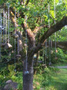 Baum mit Steinen an Ketten