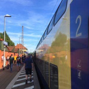 Ein Zug hält im Bahnhof Bienenbüttel