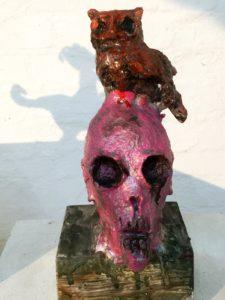 Totenkopf-Skulptur: Poetry im Schatten des Wahnsinns
