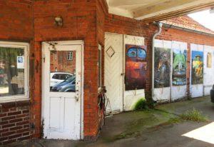 Fotos von alten Autos zieren die Kunsttankstelle