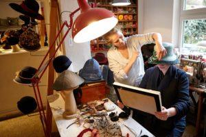 Katja Lux mit Strohhut für Karla Letterman