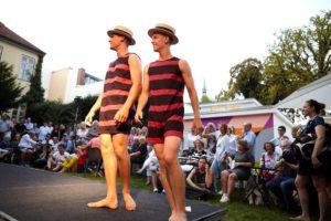 Zwei Herren im historischen Badekostüm mit Boater