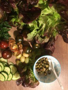 Salatblätter und Gurken