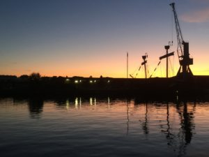 Kran-Silhouette bei Sonnenuntergang