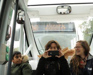 Ein Linienbus drängelt
