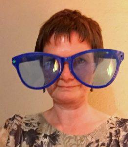 Blaue Riesenbrille