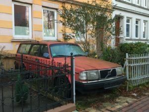 Ein Volvo steht im Vorgarten
