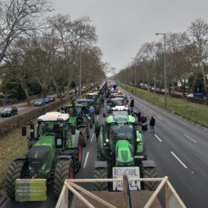"""Landwirte mit Parolen wie """"Keine Zukunft ohne Bauern"""""""