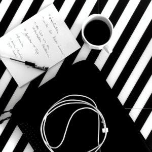 Schwarz-weißes Muster, für die Challenge mit Kaffee und Ladekabel