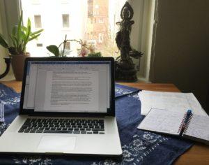 Karla Lettermans Schreibtisch mit Laptop