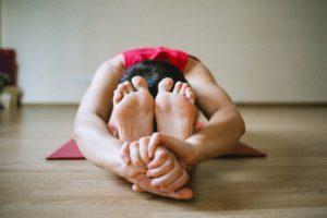 Frau bei einer Yoga-Übung