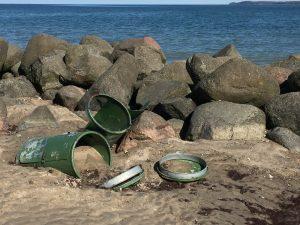 Umgekippte Mülltonnen am Strand