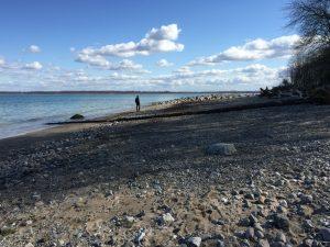 Einsamer Spaziergängen am Strand