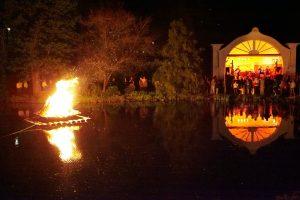 Flammenfloß auf dem Teich