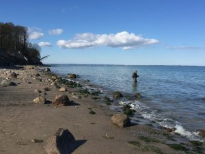 Ein einsamer Angler im Meer