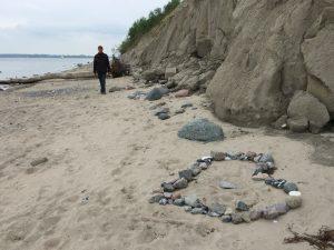 Strand mit Herz aus Steinen