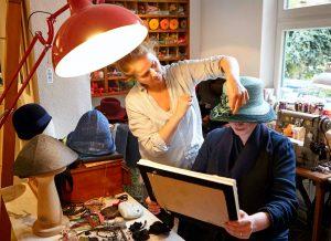 Hutmacherin Katja Lux bei der Anprobe