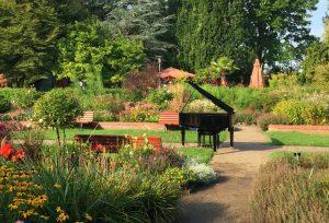 Überraschung im Schulgarten: ein Piano zwischen Blumen