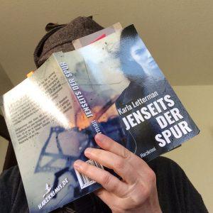 Eine Hand hält ein Buch