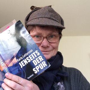"""Karla Letterman mit ihrem Buch """"Jenseits der Spur"""""""