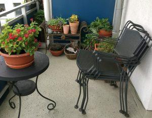 Ordnung auf dem Balkon: Stühle und Kübel sind gestapelt