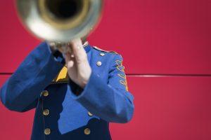 Ein Uniformträger mit Trompete