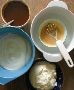 Eier, Fett und Zucker in Schüsseln