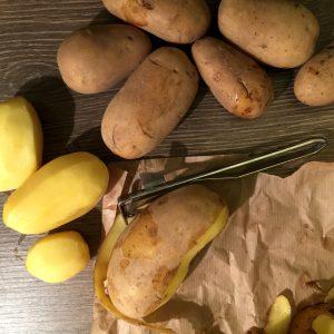 Einige Kartoffeln, davon 3 geschält und eine halb geschält